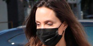 Анджелина Джоли в широких брюках и джемпере показала стильный лайфхак удлиняющий ноги