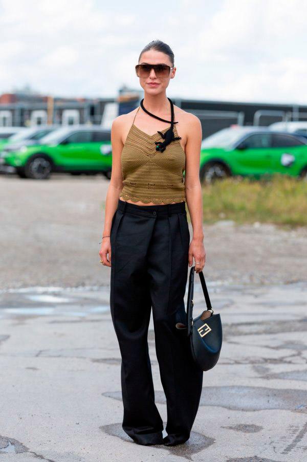 Девушка в широких брюках и топе
