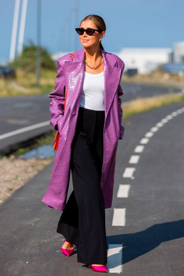 Девушка в черных брюках и фиолетовом плаще