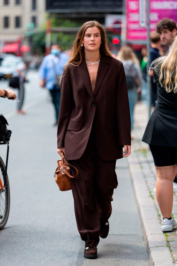 Девушка в костюме с широкими брюками