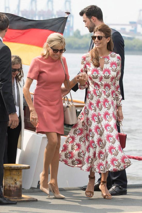 Хулиана Авада в платье миди и Бриджит Макрон