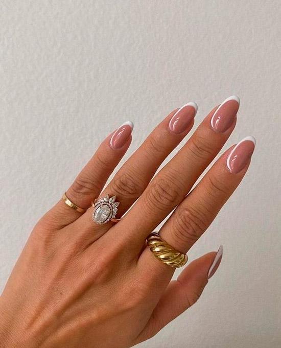 Классический френч на овальных ногтях средней длины