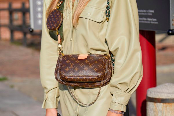 Коричневая сумка с логотипом от Louis Vuitton
