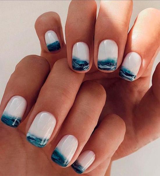 Красивый морской маникюр с синими волнами на квадратных ногтях средней длины