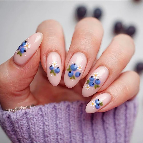 Красивый нейтральный маникюр с ягодным принтом на длинных овальных ногтях