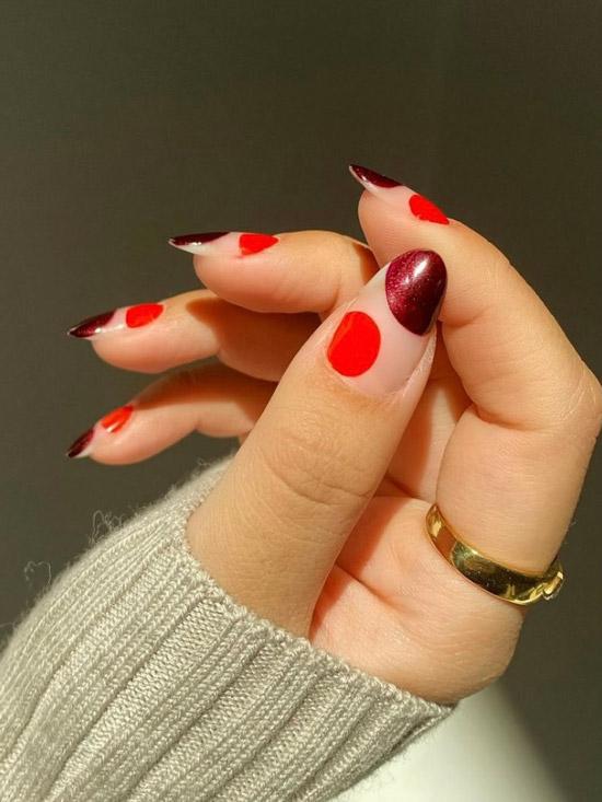 Красные и бордовые круги на натуральных ногтях