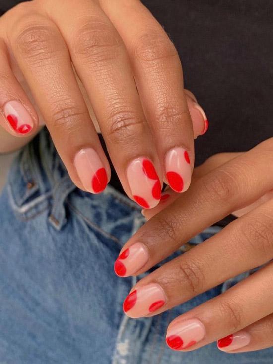 Красный абстрактный маникюр на натуральных ногтях средней длины