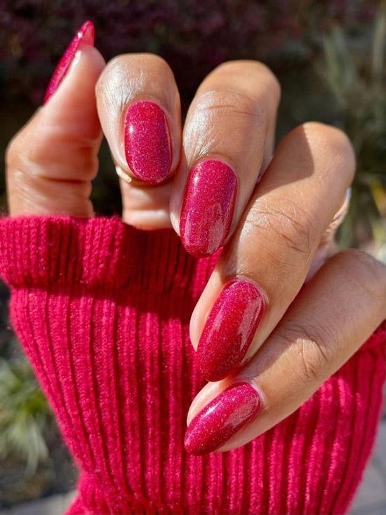 Красный маникюр с блестками на овальных ногтях