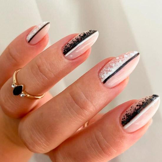 Креативный черно белый маникюр на острых ногтях средней длинны