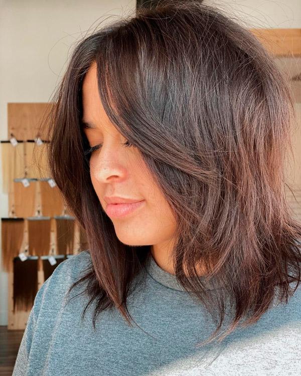 Прическа с челкой занавеской на каштановых волосах