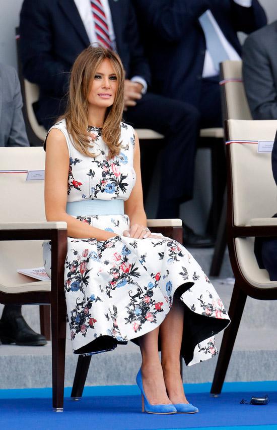 Мелания Трамп в белом платье с голубым поясом