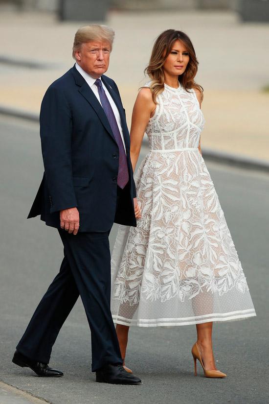 Мелания Трамп в белом платье с юбкой колокол