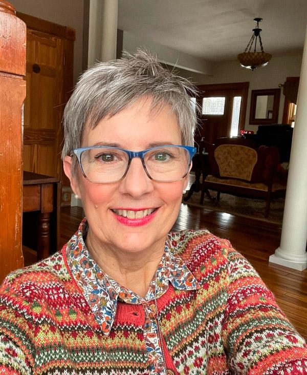 Слегка лохматая стрижка пикси для женщин в возрасте и очках