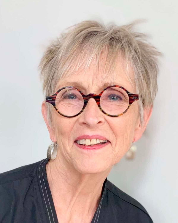 Стрижка пикси для тонких волос для женщин в возрасте и очках