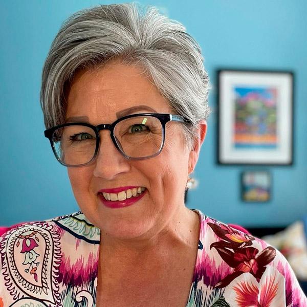 Пикси с асимметричным пробором для женщин в возрасте и очках