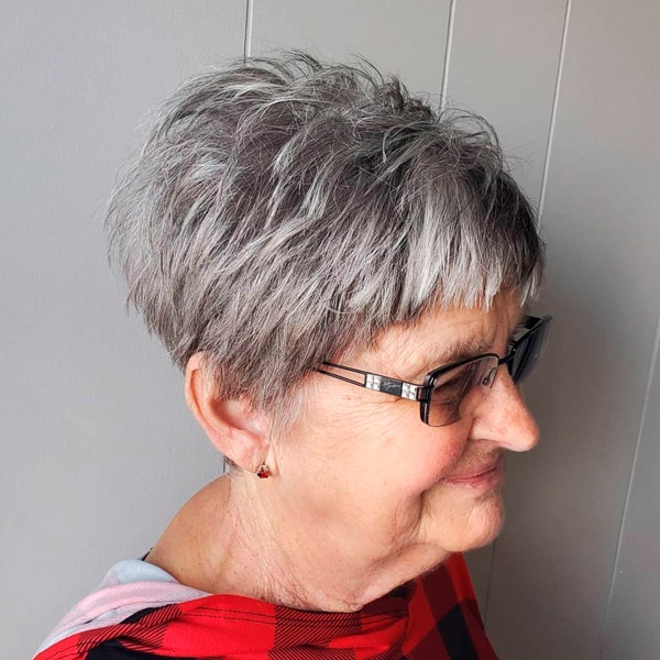 Текстурированная пикси для женщин в возрасте и очках