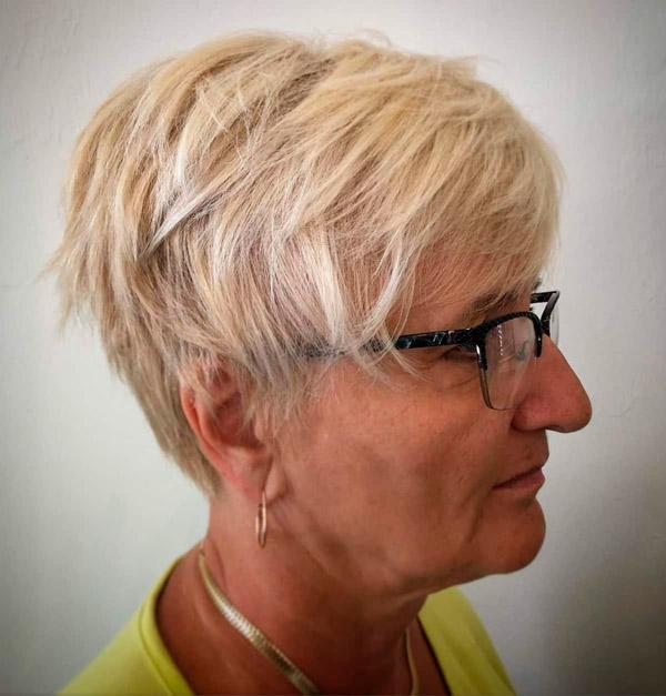 Многослойная пикси на светлые волосы для женщин в возрасте и очках