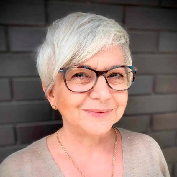 Пикси с асимметричной челкой для женщин в возрасте и очках