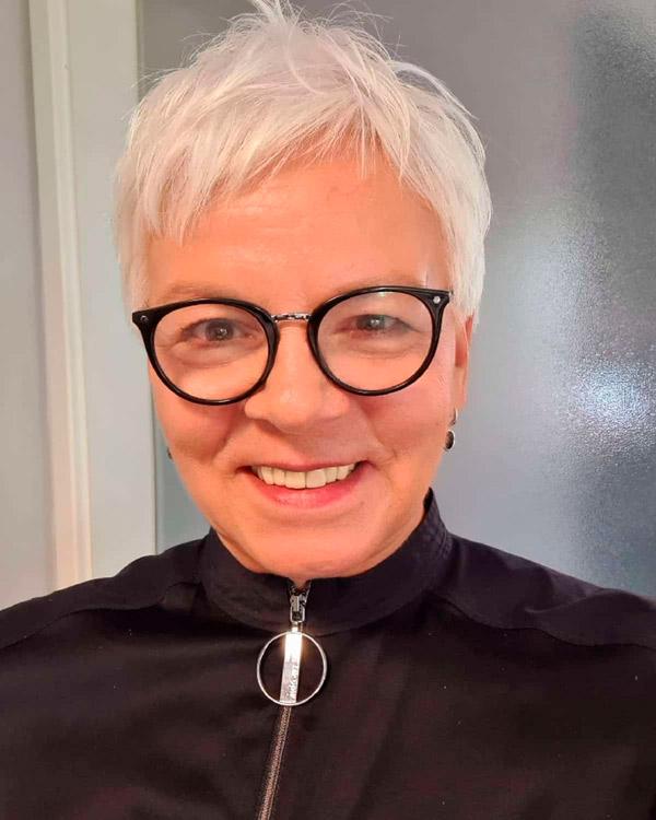 Стрижка пикси с короткой челкой для женщин в возрасте и очках