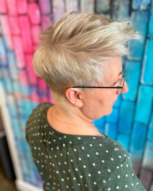 Острая пикси для женщин в возрасте и очках