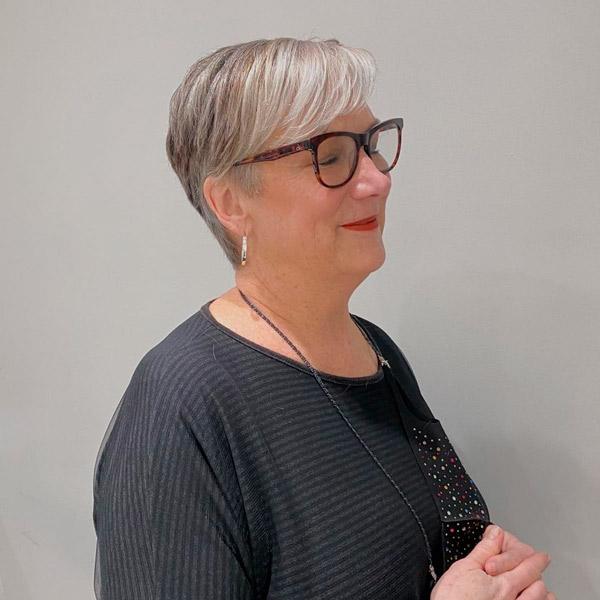 Пикси с челкой на правый бок для женщин в возрасте и очках