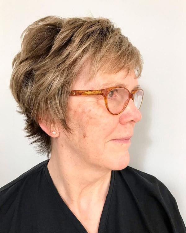 Многослойная пикси для женщин в возрасте и очках
