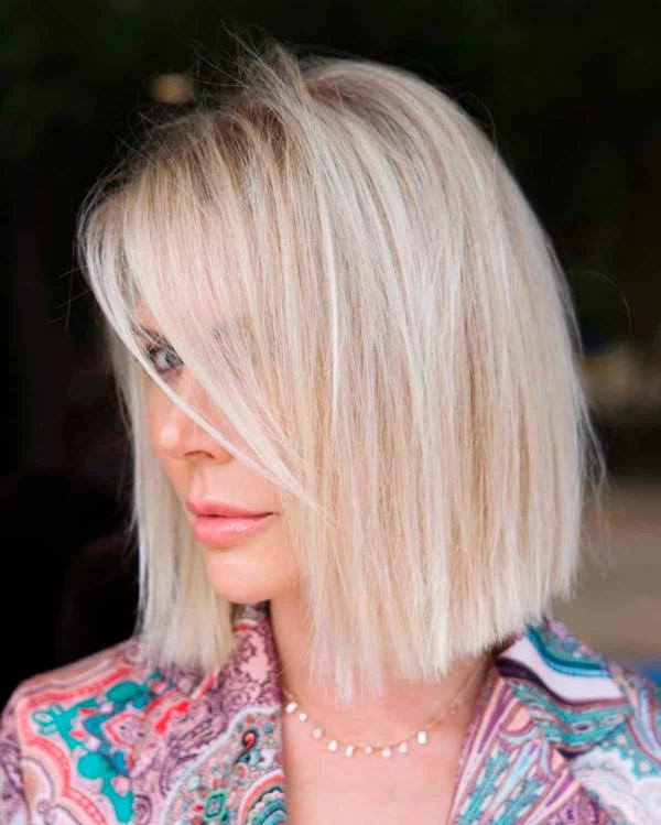 Прямые светлые волосы и длинная челка на бок