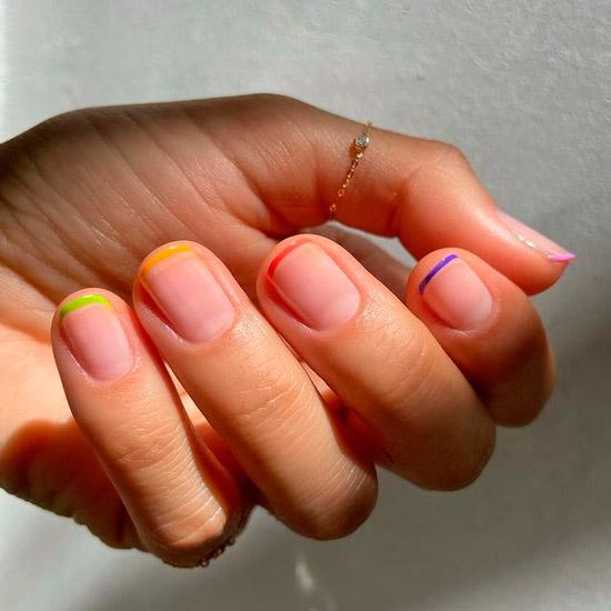 Разноцветный френч на коротких натуральных ногтях