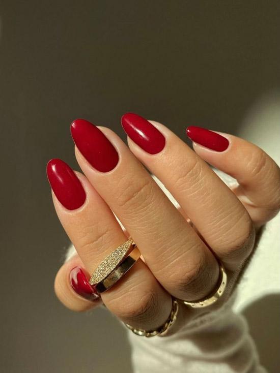 Темно красный маникюр на овальных ногтях