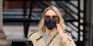 50-летняя актриса в плаще и джинсах показала осенний образ, в котором выглядит значительно моложе