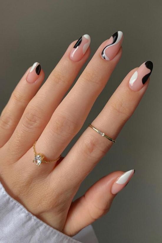 Абстрактный черный маникюр с волнистыми линиями на овальных ногтях