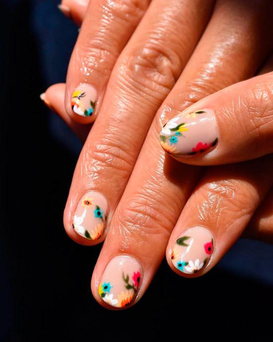 Бежевый маникюр с мелкими разноцветными цветами на коротких ногтях