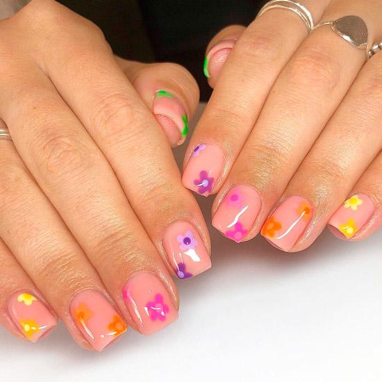 Бежевый маникюр с разноцветными цветами на квадратных ногтях