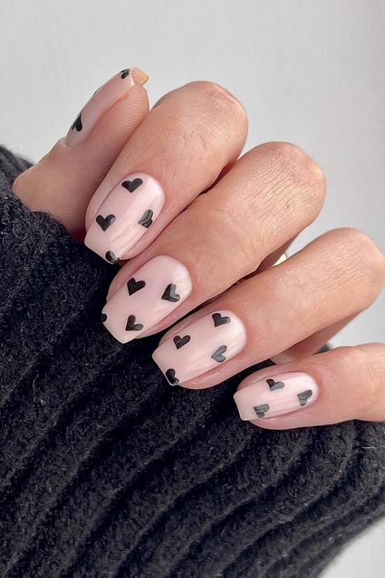 Бежевый маникюр с сердечками на квадратных ногтях