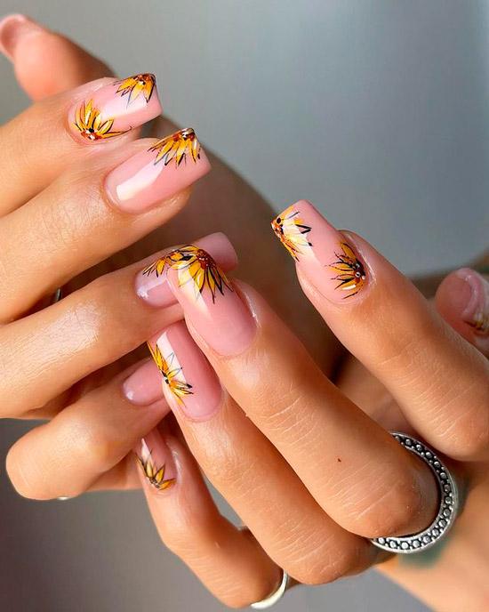 Бежевый маникюр с цветами подсолнухов на длинных квадратных ногтях