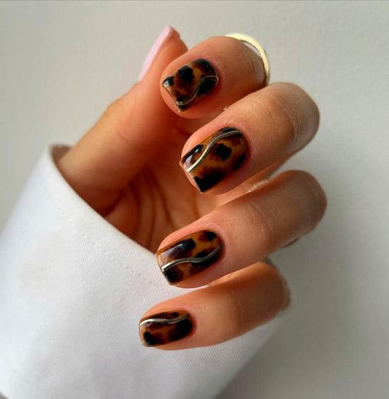 Черепаховый принт на квадратных ногтях средней длины