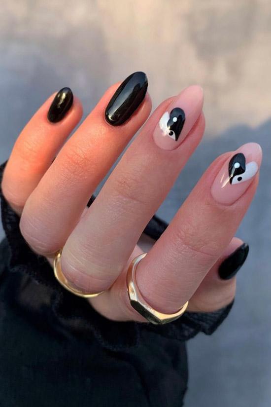 Черный маникюр с сердечками на миндальных ногтях средней длины
