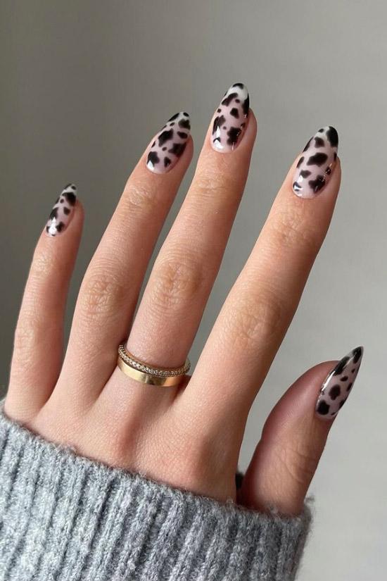 Черный маникюр с животным принтом на миндальных ногтях