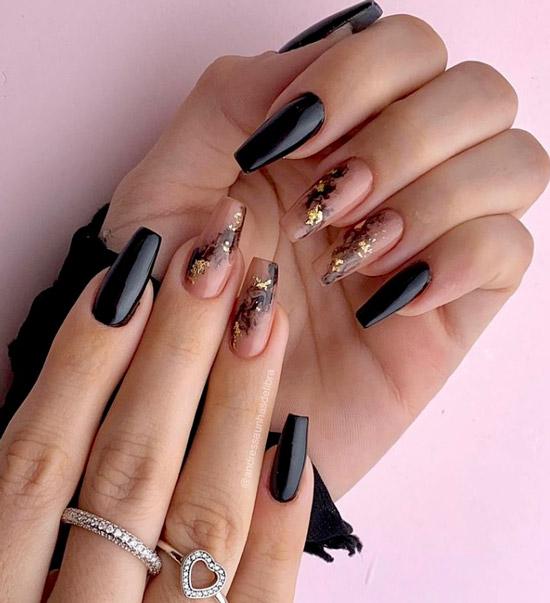 Черный маникюр с золотой фольгой на длинных ногтях