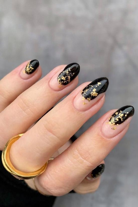 Черный маникюр с золотой фольгой на овальных ногтях