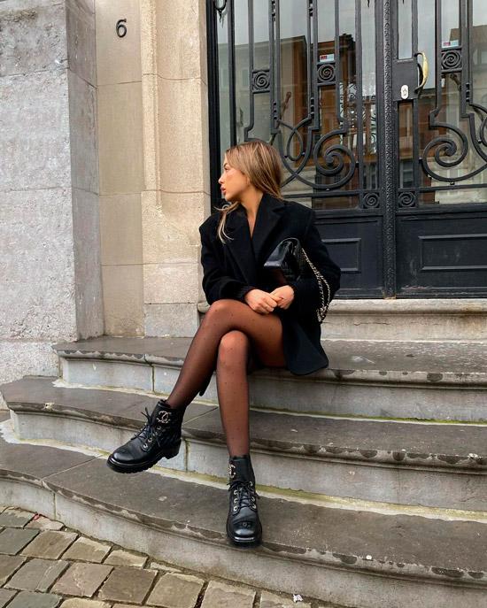 Девушка в черном пальто и ботинках на шнуровке