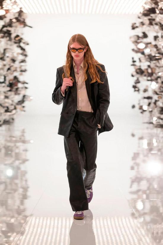 Девушка в кожаном пиджаке оверсайз и свободных брюках