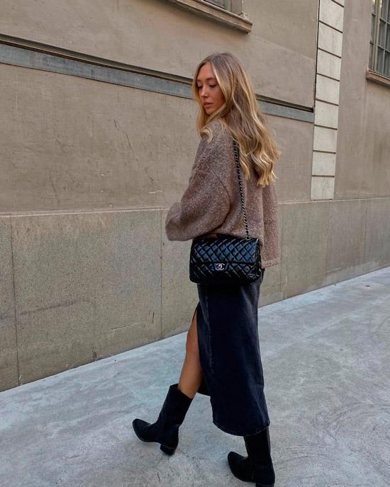 Девушка в прямой длинной юбке, сером свитере и ковбойских ботинках