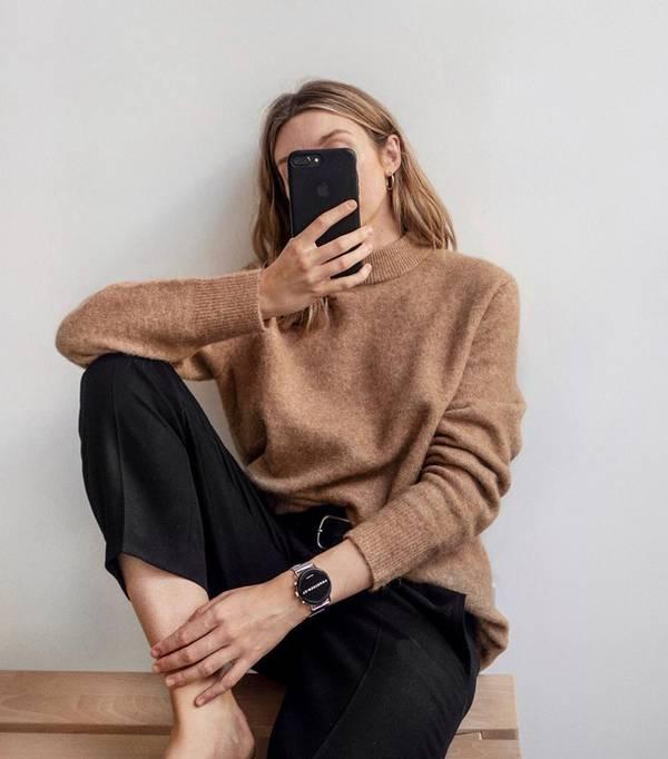 Девушка в уютном свитере оверсайз и классических черных брюках