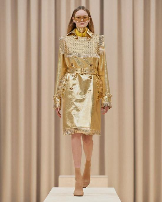 Девушка в золотом плаще с поясом от Burberry