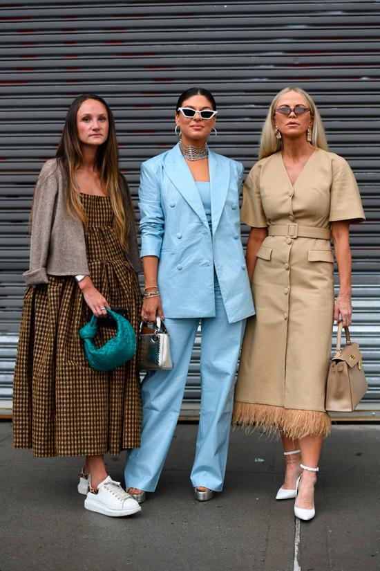 Девушки с модными прическами с пробором по середине