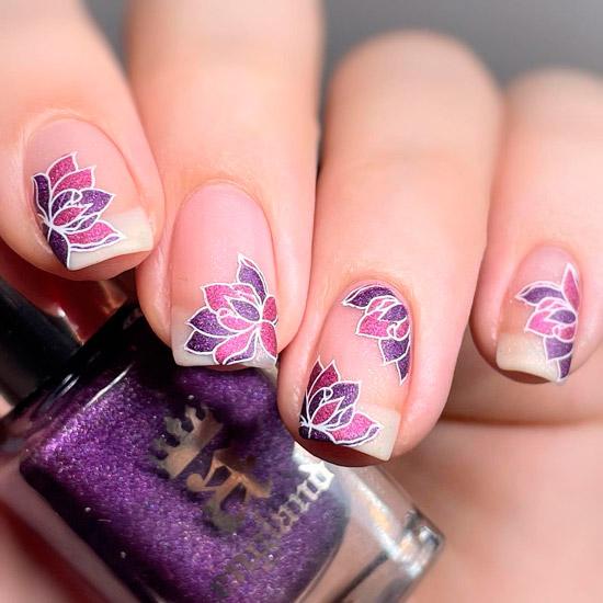 Фиолетовые цветы лотоса с блёстками на квадратных ногтях