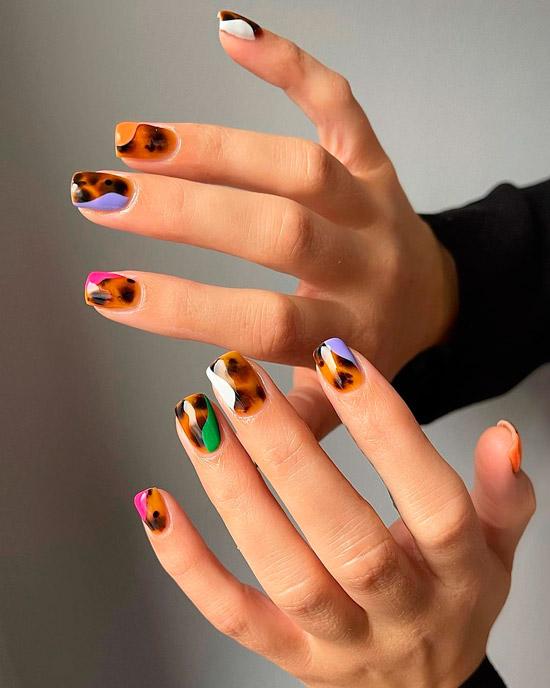 Интересный принт анимал с разноцветными вставками на квадратных ногтях