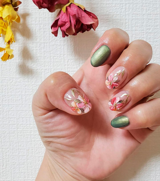 Изысканный маникюр с золотыми цветами на овальных ногтях