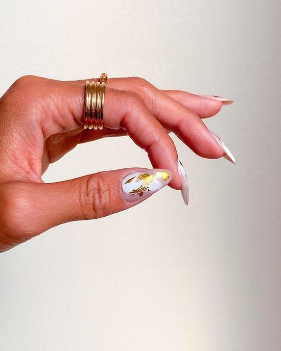 Изысканный маникюр с золотой фольгой на длинных заостренных ногтях